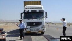 Arxiv foto. Nəqliyyat Nazirliyinin işçiləri İrandan gələn iri yük maşınlarını Azərbaycan ərazisində tərəziyə çıxarırlar. 2 iyun 2010