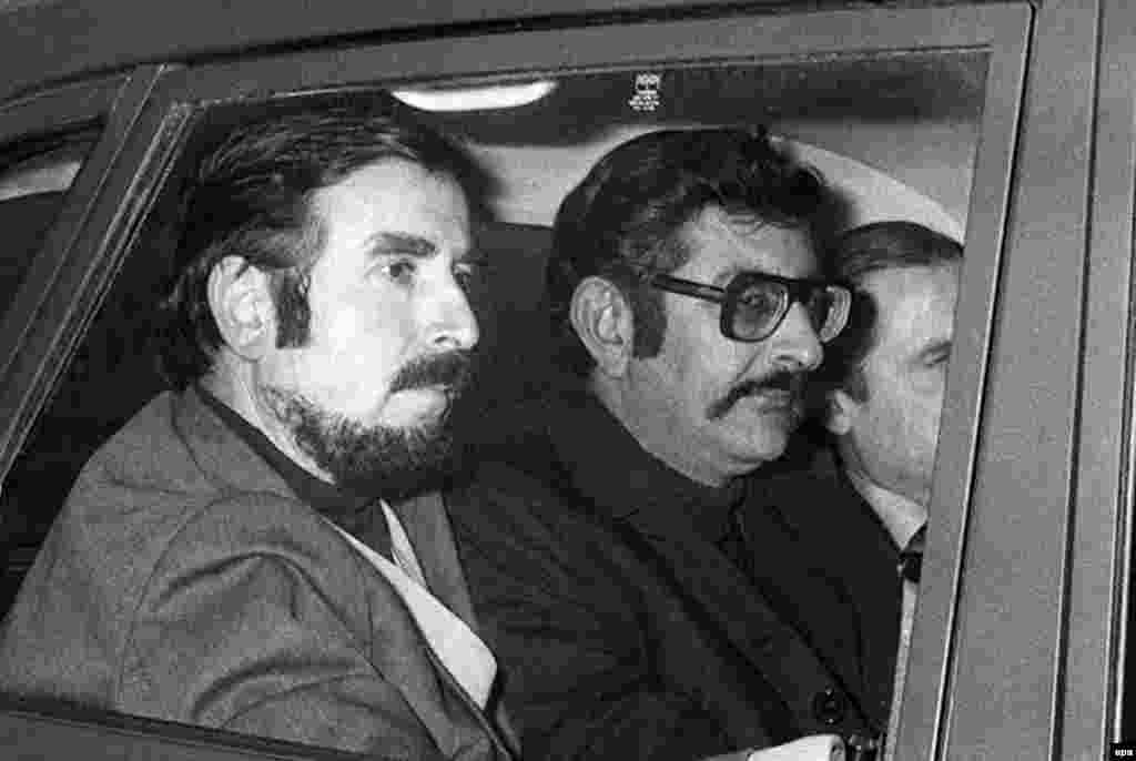 Abu Daoud (center), the mastermind behind the Munich attack who was wanted on an international arrest warrant, after his release in Paris in January 1977. Daoud died in Syria in 2010.