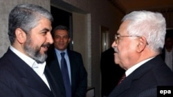 محمود عباس (راست) در کنار خالد مشعل از گروه حماس