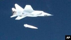 در این تصویر از سال ۲۰۱۸ یک میگ ۳۱ ارتش روسیه در حال پرتاب آزمایشی یک موشک هایپرسونیک به نام «کینژال» است؛ در همان روز پوتین گفته بود روسیه سلاحهای اتمی تازهای را توسعه دادهاست.