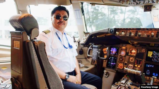 Ауэз Таштуанулы в кабине для пилотов.