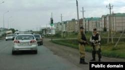 Яшьләр сугышканнан соң полиция хезмәткәрләре Норлат урамнарында