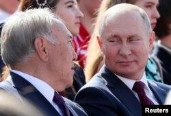 Қазақстанның бұрынғы президенті Нұрсұлтан Назарбаев (сол жақта) пен Ресей президенті Владимир Путин