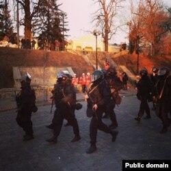 Правоохоронці в Києві, вочевидь із автоматами АКМ-74, 18 лютого 2014 року, фото: Facebook, Gregory Zhygalov