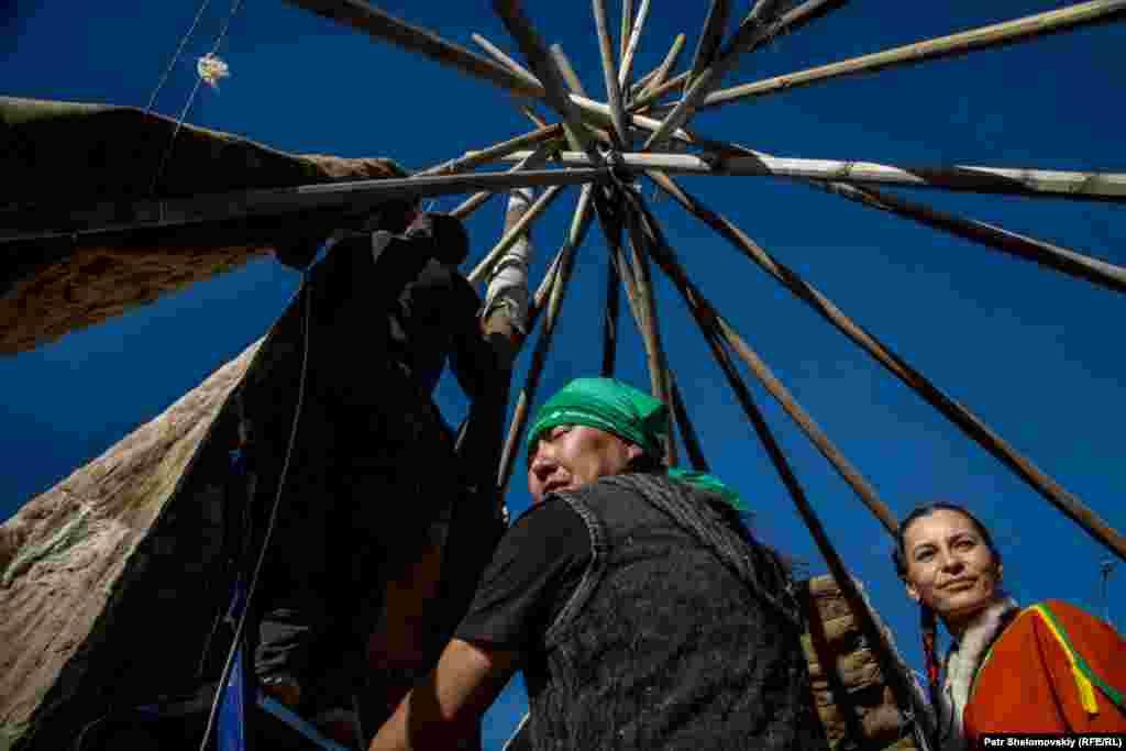 На время праздника в Дудинке построили традиционные чумы, жилища коренных народностей.