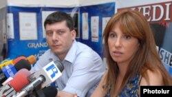 Հովսեփ Խուրշուդյանը եւ Զարուհի Փոստանջյանը՝ լրագրողների հետ հանդիպմանը: 4-ը օգոստոսի, 2009: