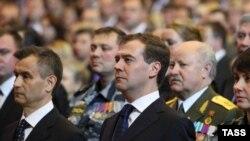 Дмитрий Медведев и реформируемое им воинство за его спиной