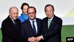 Генеральный секретарь ООН Пан Ги Мун, прибывший на конференцию по климату в Париж, (справа) приветствует французских политиков. 30 ноября 2015 года.