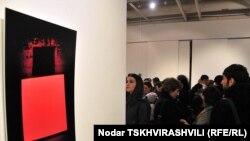В главном зале Дома Европы в центре Тбилиси проходит акция солидарности с жителями Японии
