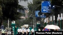 Перед консульством США в Чэнду 27 июля