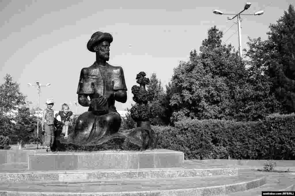 Ýunus Emräniň ýadygärligi, Aşgabat. Maý, 2013.