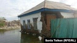 Разрушенный дом жителя Атырау Онгарбая Актилеуова. 18 мая 2015 года.