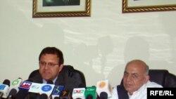 عمر زاخیلوال و اشرف غنی احمدزی دو تن از مسوولین برگزاری کنفرانس بین المللی کابل