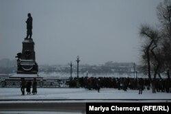 Иркутск. Митинг возле памятника Александру III