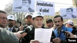 Jurnalist Şahvələd Çobanoğlu aksiyada iştirak edərkən (2006)