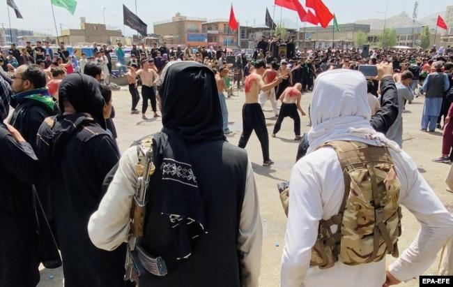 Talibani stražare dok šiitski muslimani prisustvuju povorci žalosti tokom Ašure u Kabulu, 19. avgusta 2021.