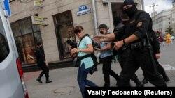 Белорусский спецназ задерживает журналистов, освещающих протестную акцию в Минске. 28 июля 2020 года.