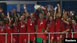 Португалия құрамасы Еуропа чемпионатының кубогын алған сәті. Париж, 10 шілде 2016 жыл.