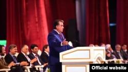 Тәжікстан президенті Эмомали Рахмон (мінбеде тұр). Душанбе, 20 наурыз 2016 жыл.