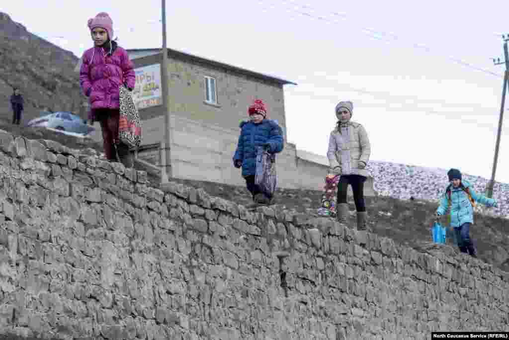 Дети собирают подарки на праздник Эр в селении Рутул
