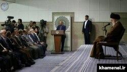 عکسی از دیدار مدیران صداوسیما با رهبر جمهوری اسلامی در سال ۱۳۹۴ که حسین محمدی نیز در آن حضور دارد (نفر اول سمت چپ)