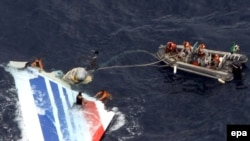 Xilasedicilər Atlantik okeanı üzərində yoxa çıxmış Air France təyyarəsinin qalıqlarını çıxarırlar, 8 iyun 2009