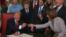 Президент Дональд Трамп өзі жарлыққа қол қойған қаламдарды естелік сый ретінде таратып отыр. Вашингтон, 20 қаңтар 2017 жыл