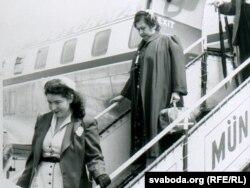 Галіна Руднік і яе цётка Барбара Вежбаловіч прылятаюць у Мюнхэн, 1954