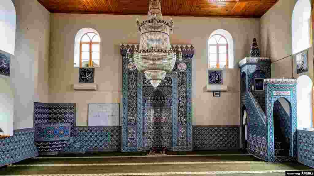 Юкъары Джами – единственная сохранившаяся в Алуште мечеть. Ее построили в середине 19 века и на сегодняшний день она является местной достопримечательностью и украшение южнобережного города. На фото – главное помещение, где проводятся пятничные коллективные намазы