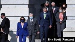 Руководители партийных фракций в Конгрессе: Спикер Палаты представителей демократ Нэнси Пелоси, глава республиканского большинства в Сенате Митч Макконнелл и глава демократов в Сенате Чак Шумер (слева направо)