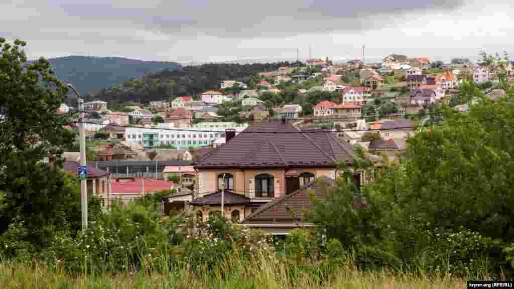 Курцовская долина на краю Кирпичного плотно застраивается дачниками, вернее – членами бывших садовых товариществ