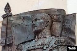 Фрагмент поврежденной мемориальной доски маршалу Маннергейму в Петербурге