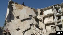 Një ndërtesë e shkatërruar nga lufta në qytetin sirian Alepo