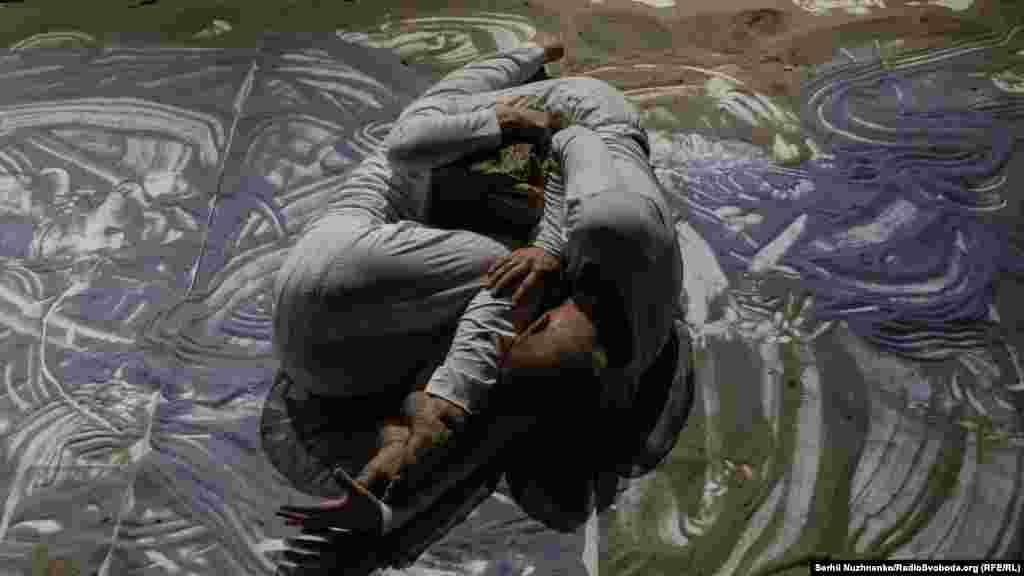 Театральный перформанс крымского режиссера Галины Джикаевой и драматургов Дэна и Яны Гуменных «Трава пробивает землю» в Крымском Доме в Киеве