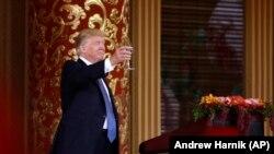 Preedintele Donald Trump raises ridică un pahar la dineul de stat oferti de omologul său chinez Xi Jinping, Beiging, China, 9 noiembrie 2017.