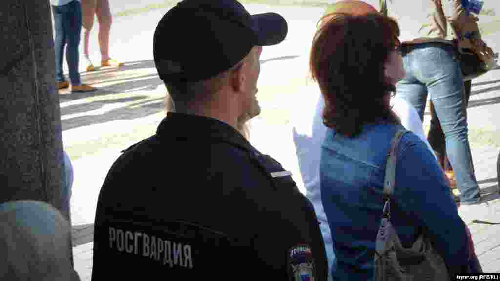 Российские полицейские у всех, кто проходит за ограду, обыскивают сумки и личные вещи