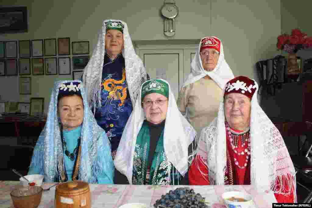 Татарлардын мартабалуу аялдары ар жума сайын диаспорада чогулуп, куран окуп, чай ичип турушат.