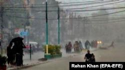 باران او سېلاب د پاکستان تر ټولو لوی ښار کراچۍ کې زیات خلک ځپلي دي