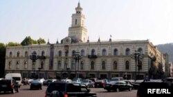 Не совсем ясно, действительно ли центральное правительство получило деньги налогоплательщиков и не перечислило их в городской бюджет (несмотря на то, что у Тбилиси новый мэр) или же речь идет о провале налоговых сборов?