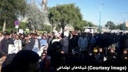 اعتراض صنفی کارگران نیشکر هفتتپه در شرایطی در شوش برگزار شد که فرمانده نیروی انتظامی روز سهشنبه هرگونه تجمع در این شهر را ممنوع اعلام کرده بود