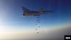 Российский бомбардировщик над Сирией. Кадр с видеозаписи, опубликованной министерством обороны России 16 августа 2016 года.