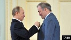 Путин вручает медаль режиссеру Валерию Гергиеву, который дал концерт в Пальмире