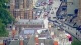 Aвтомобил удрил во ограда на британскиот парламент во Лондон