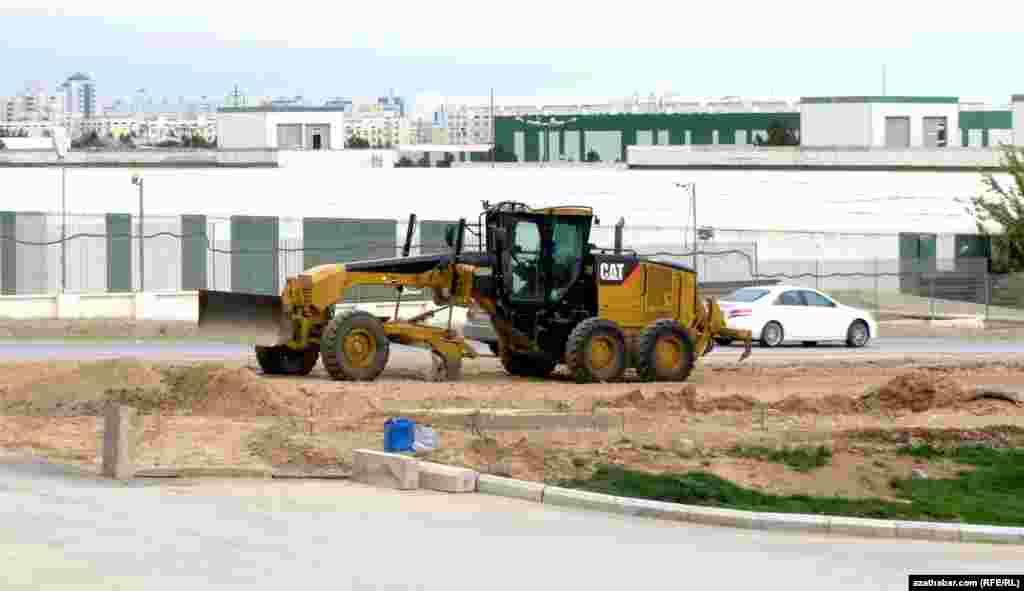 Вокруг новых зданий работает тяжелая строительная техника