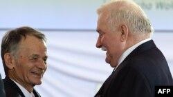 Мустафа Джемилев (слева) в ходе поездки в Польшу с экс-президентом этой страны Лехом Валенсой