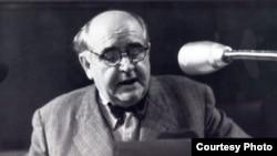 'Krleža (na fotografiji) je potpisao Deklaraciju o položaju hrvatskog jezika 1967. godine, u kojoj se izražava nezadovoljstvo. Tito pokušao da ga odvrati i bio je vrlo nesretan što nije mogao da ga ubedi.'