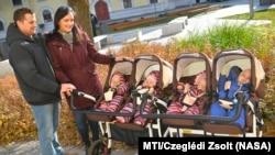 Boda Beáta és férje, Boda István négyes ikreikkel Debrecenben 2017. november 19-én. Flóra, Jázmin, Boglárka és István 2016. november 24-én születtek.