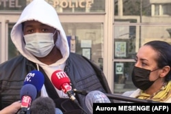 Француз музыка продюсери Мишел Зеклер жана анын адвокаты Хафида эл-Али айым кабарчылардын алдында. Париж. 2020-жылдын 26-ноябры.