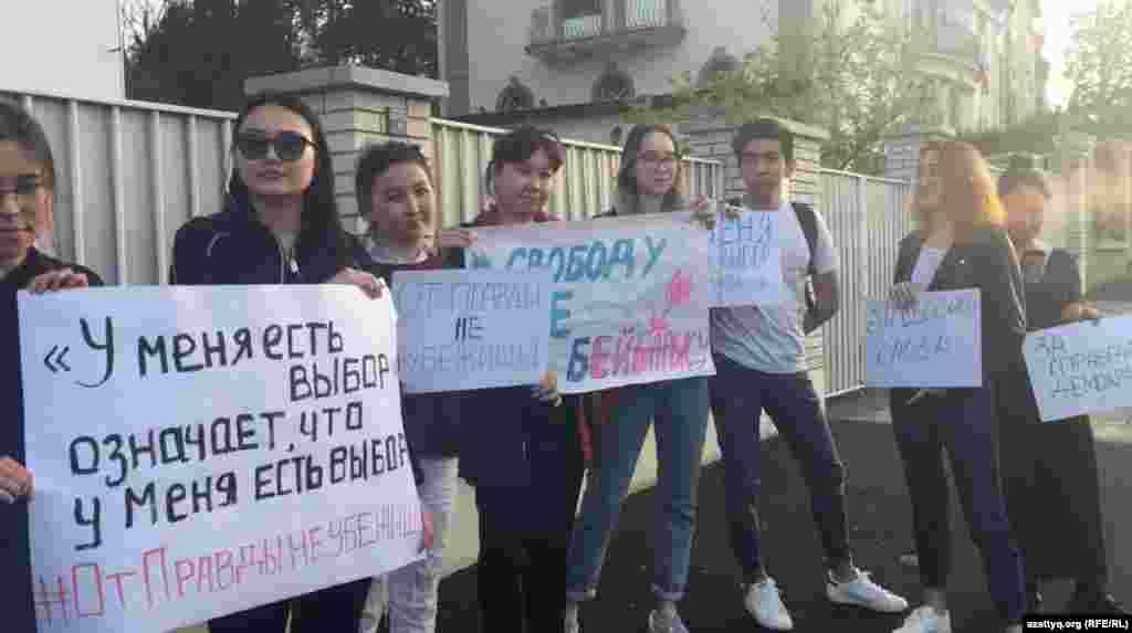 Казахстанцы держали в руках плакаты с надписями: «У меня есть выбор!», «Свободу Асе и Бейбарысу», «От правды не убежишь», «За свободу слова», «За справедливость».