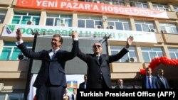 Recep Tayyip Erdogan (djathtas) dhe Aleksandar Vuçiq duke e përshëndetur turmën e njerëzve në Novi Pazar
